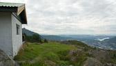 """Fjellhytten er en usedvanlig fint beliggende hytte på Midtfjellet, mellom Fløyen og Blåmanen. """"Om du ikke bestiger fjellet får du ingen utsikt over dalen."""" Ordtak"""