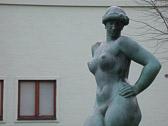 """Statuen er """"Dansk Pige"""" av kunstneren Gerhard Henning. Satt opp i 1955. """"Hvis en kvinne ser en naken mann i et vindu - er han en blotter Hvis en mann ser en naken kvinne i et vindu - er han en kikker."""" Ukjent forfatter"""