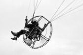 Hemmeligheten med å fly er å kaste seg mot bakken, og bomme. Douglas Adams